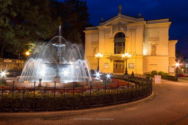 Miasto, teatr i fontanna