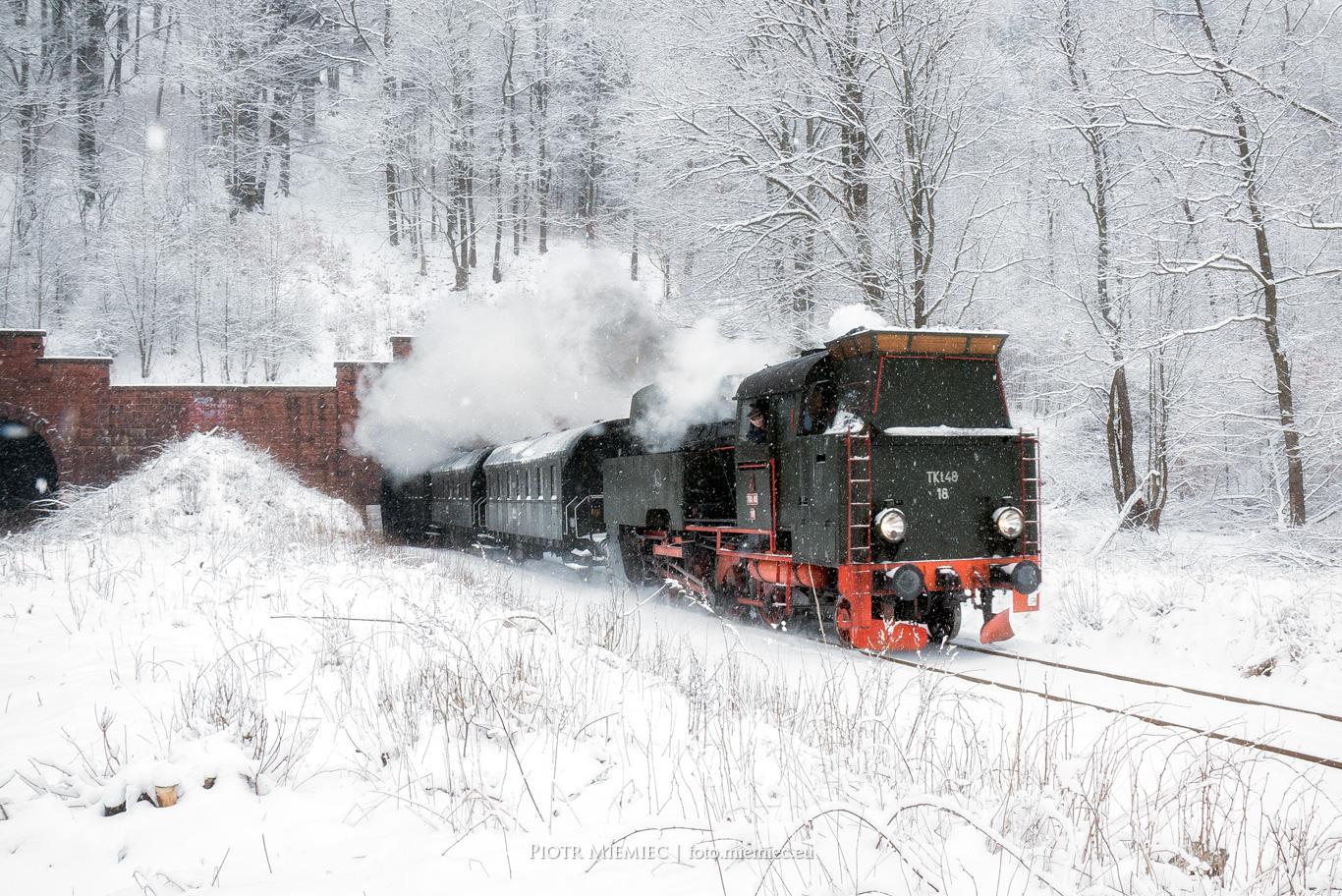 Zabytkowy pociąg Parowóz TKt48-18 tunel kolejowy